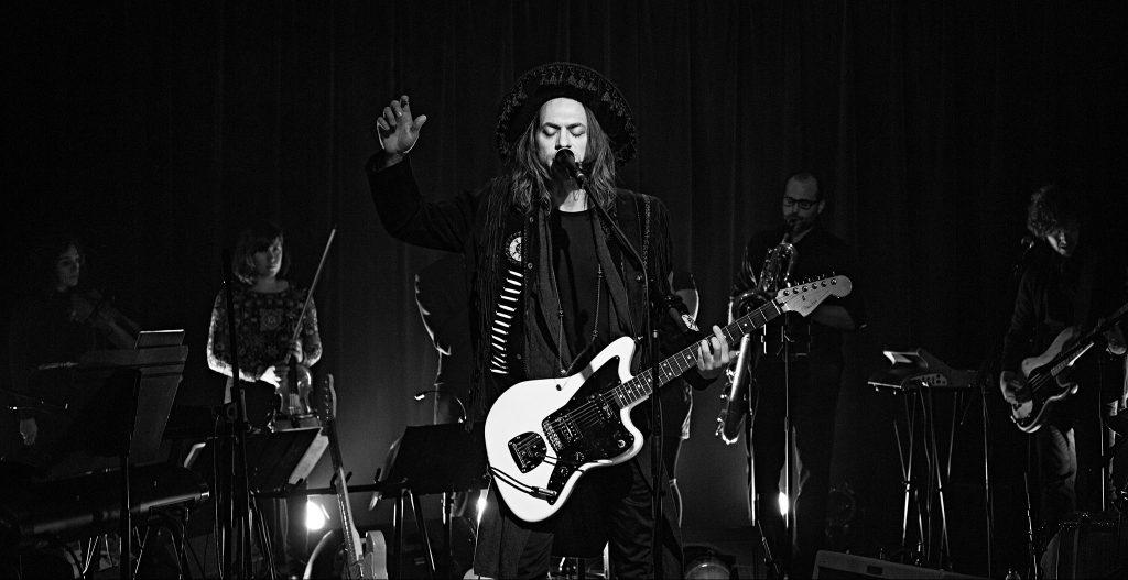 Photo en noir et blanc d'Antoine Corriveau et ses musiciens sur scène.